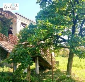 2-этажный дом рядом с рекой и панорамой на горы.
